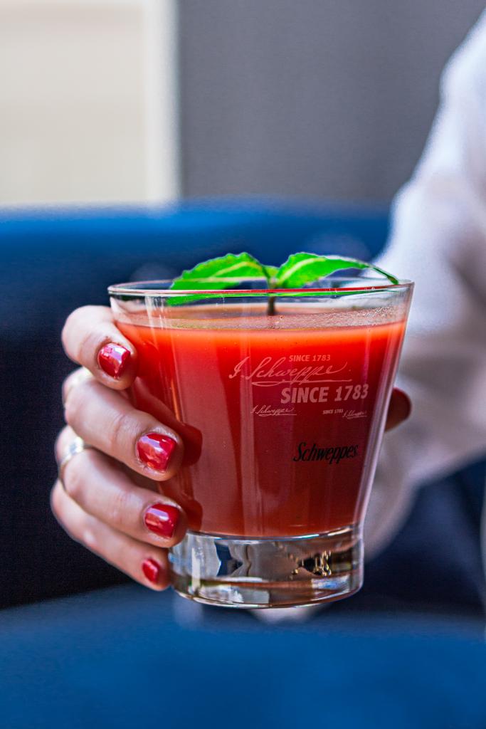 trago de tomate con alcohol madrid fotografia